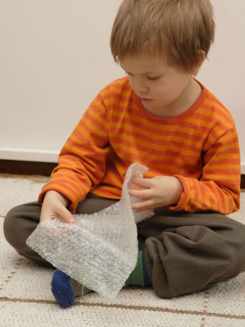 Even children love the sensation of popping bubble wrap. Miika Silfverberg.